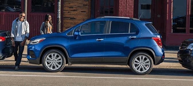 Припаркований Chevrolet Tracker синього кольору